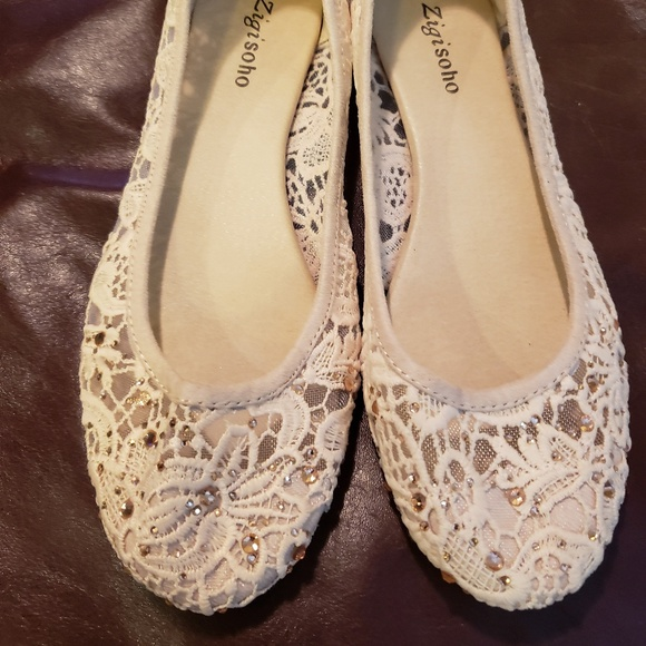 26443d9e58af Like New Zigi Soho Cream Ballet Flats